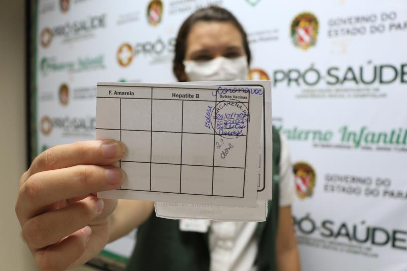 Roberta Lima- Com o comprovante de vacina na carteira- Comunicação Pró-Saúde