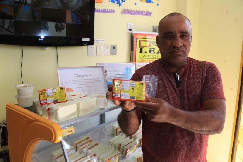 O empresário Alfredo Leal mostra o produto, feito exclusivamente com leite de búfala
