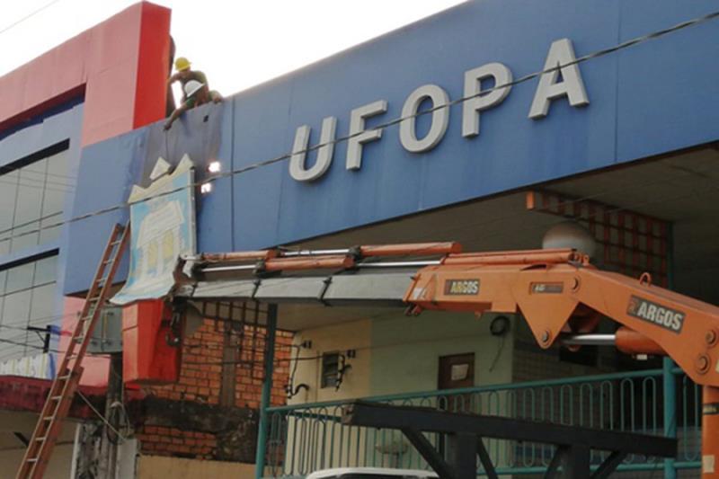 Brasão sendo retirado durante cerimônia de desocupação da Unidade Amazônia da Ufopa, 09/07/2021.