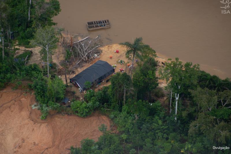 A atividade tem provocado desmatamento, contaminação dos rios por mercúrio e violência contra comunidades