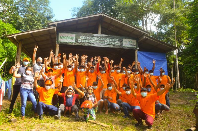 Representantes da empresa STIHL e comunitários da Reserva Extrativista