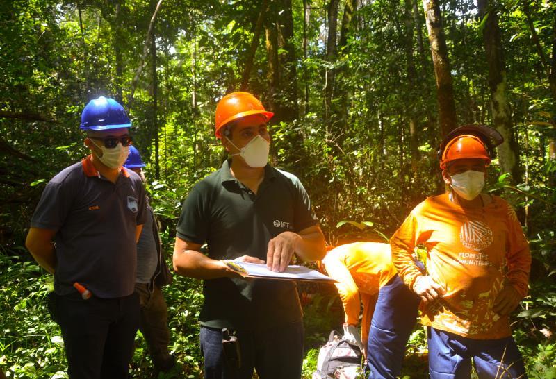 Marcelo Galdino, coordenador do projeto Florestas Comunitárias, em visita à area de manejo da Resex