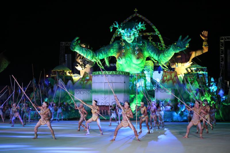 Em noite de lua cheia e repleta de sedução, ritmo e cores, o Festival do Çairé chega ao ápice com o folclórico confronto entre os botos Tucuxi (foto) e Cor de Rosa.