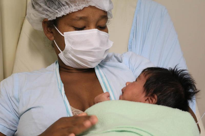 Mãe e bebê juntos após amamentação.