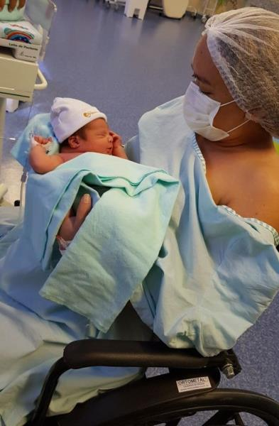 Eliana e bebê, após o nascimento em 2018