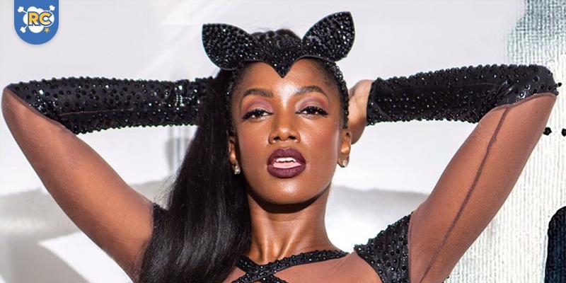 No hype do próximo filme do Homem-Morcego, a cantora Iza fantasiada de Mulher-Gato, balançou o público em festa de carnaval em Recife