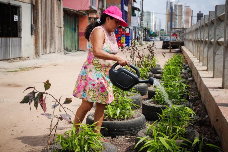 A auxiliar de serviços gerais Valci Teles, 55 anos, é moradora da travessa 3 de Maio, na Cremação, e ajuda a cuidar das mais de 50 plantas que ocupam o lugar antes  dominado pelo lixo.