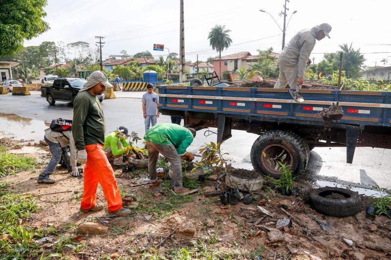 Trabalhadores da Prefetuira de Belém trabalham com a comunidade na recuperação do espaço no Tenoné.