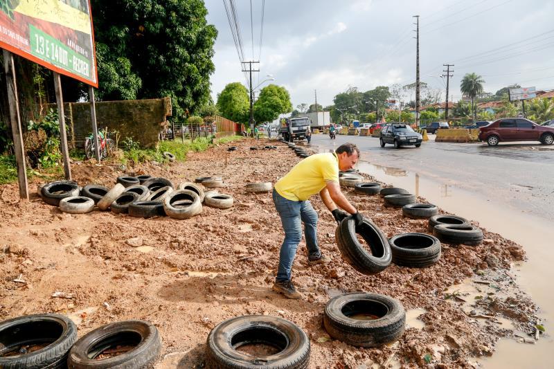 Na recuperação das áreas usadas ilegalmente para depósito de lixo pneus descartados são reaproveitados.