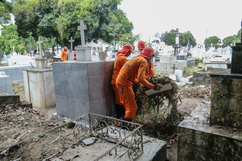 Nos três cemitérios administrados pela Seurb, a Sesan começou os trabalhos na última segunda-feira, 22, com 100 agentes de limpeza no cemitério Santa Izabel (Guamá); 75 no São Jorge (Marambaia);  e 20 no Soledade (Batista Campos).