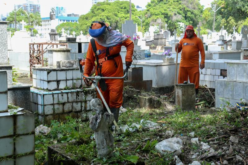 Agentes da Sesan e da Semma fizeram seviços de limpesa e roçagem em todos os cemitérios de Belém.