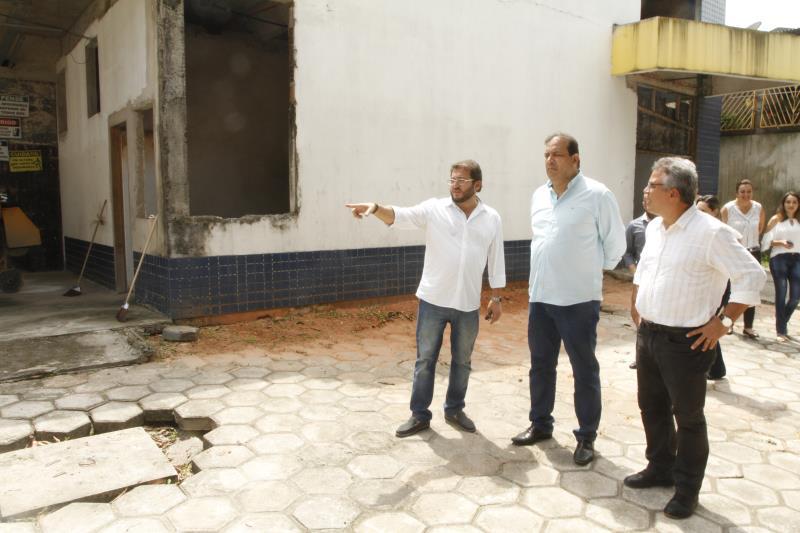 O prefeito Zenaldo Coutinho e o secretário de Saúde foram conferir de perto as obras na UPA Marambaia.