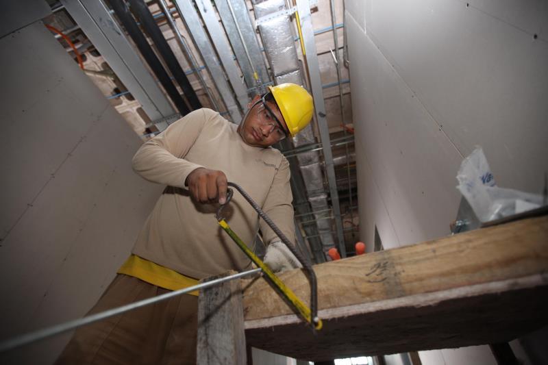 O setor da construção civil, que foi muito penalizado pela perda de empregos, volta a crescer através da retomada das obras públicas.