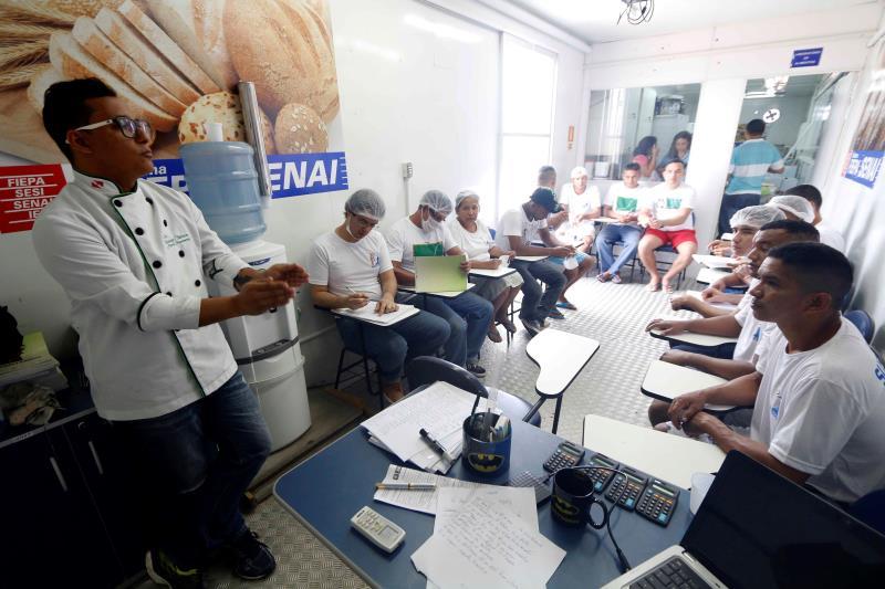 Na foto, o chefe de cozinha e instrutor de panificação do Senai, Márcio Nascimento.