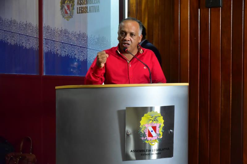 """""""Por favor, tudo o que queremos é trabalhar com a dignidade de qualquer trabalhador honesto"""", pediu o presidente do SINTCIPP, Ednilson Neves, o 'Cutaca'."""