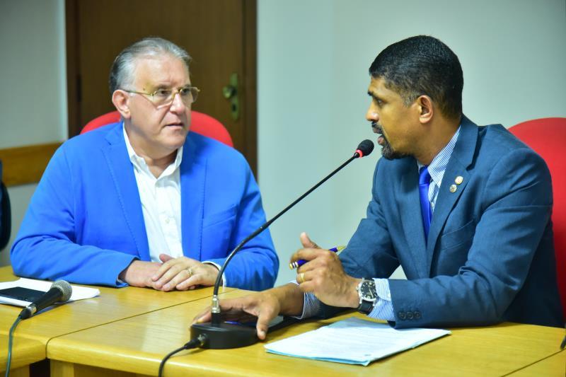 Deputado Dr. Jaques e secretário Alberto Beltrame no início da 2ª reunião da Comissão de Saúde