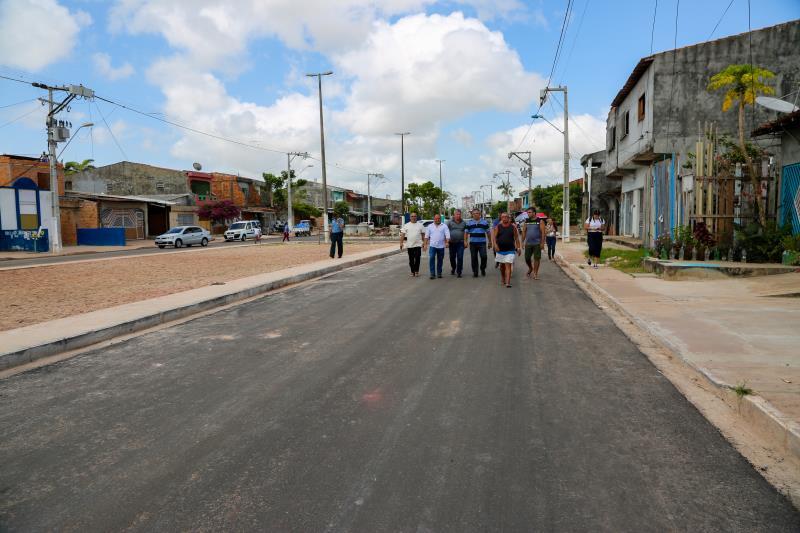 A primeira parada foi na rua Roso Danin, em Canudos, onde as obras de pavimentação estão em ritmo acelerado.