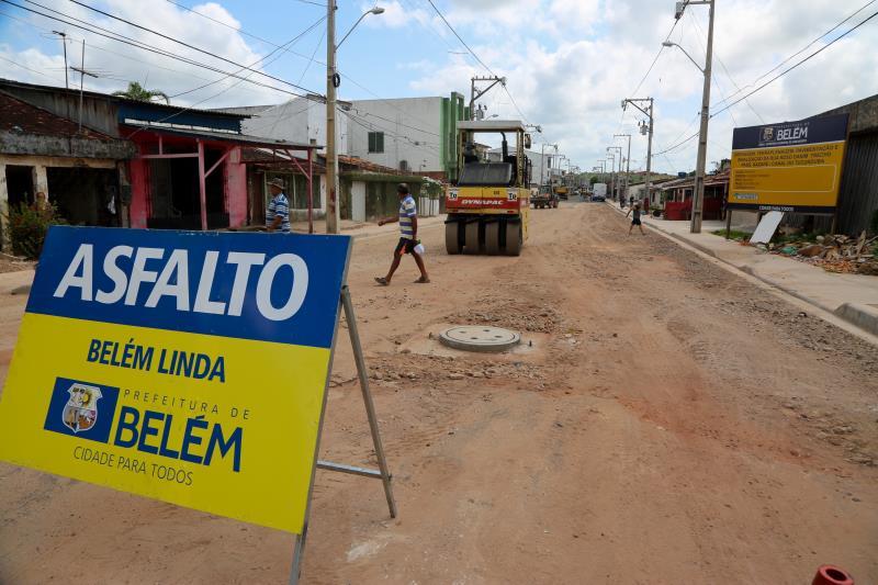 Na rua Roso Danin estão sendo executados serviços de drenagem, calçamento, meio fio e base de asfalto.