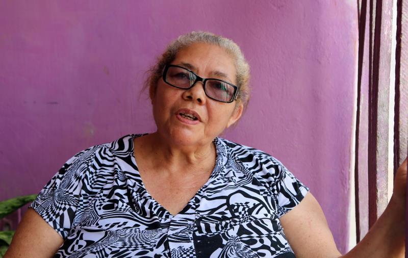 Sentada no pátio da residência, a dona de casa Maria Luzia dos Santos Figueiredo, de 66 anos, acompanhava atentamente a visita do prefeito.