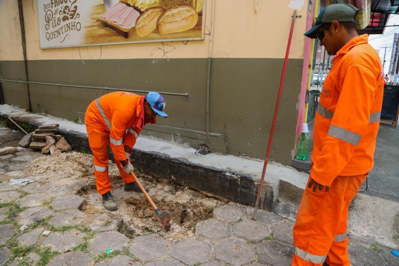 Ainda no bairro da Pedreira, na vila Santa Rita com a travessa Mauriti, a manhã foi de trabalho intenso no sentido de concluir a etapa de drenagem.