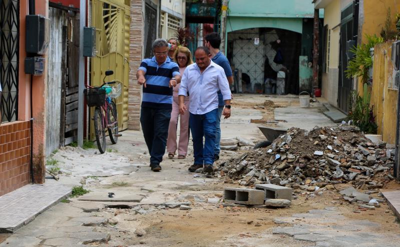 Acompanhado do secretário municipal de saneamento, Cláudio Mercês, o prefeito conferiu de perto o andamento das obras.