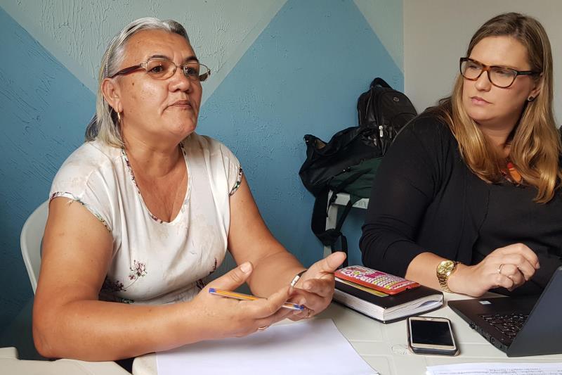 """Na quarta-feira (7), a reunião do Fórum foi realizada em Rondon do Pará (foto). No município, representantes dos poderes públicos locais e integrantes de movimentos sociais montaram as câmaras temáticas, que devem se reunir na próxima quinzena. Para a moradora Evenize Cintra (de branco), a sociedade civil está voltando a ser vista com outros olhos. """"Eu fiquei maravilhada com o projeto porque a gente viu que a sociedade foi enxergada, consequentemente ela mobiliza a gestão em si. Quando eu li a lei (da Socioeconomia) deu um novo ânimo"""", ressaltou. ´ FOTO: ASCOM / CRGSP DATA: 07.11.2018 RONDON DO PARÁ - PARÁ"""