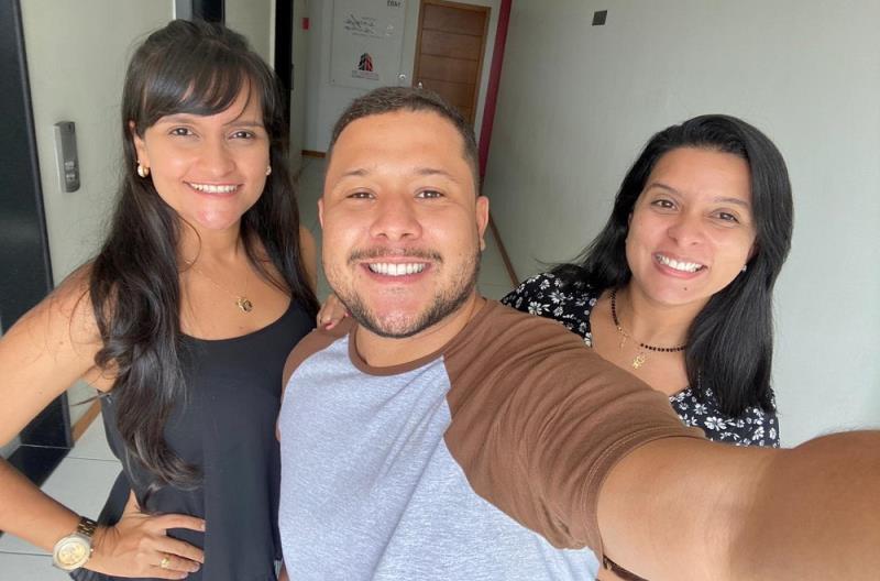 Gibson Oliveira está junto com as jornalistas Karla e Adriana Pereira na Levant