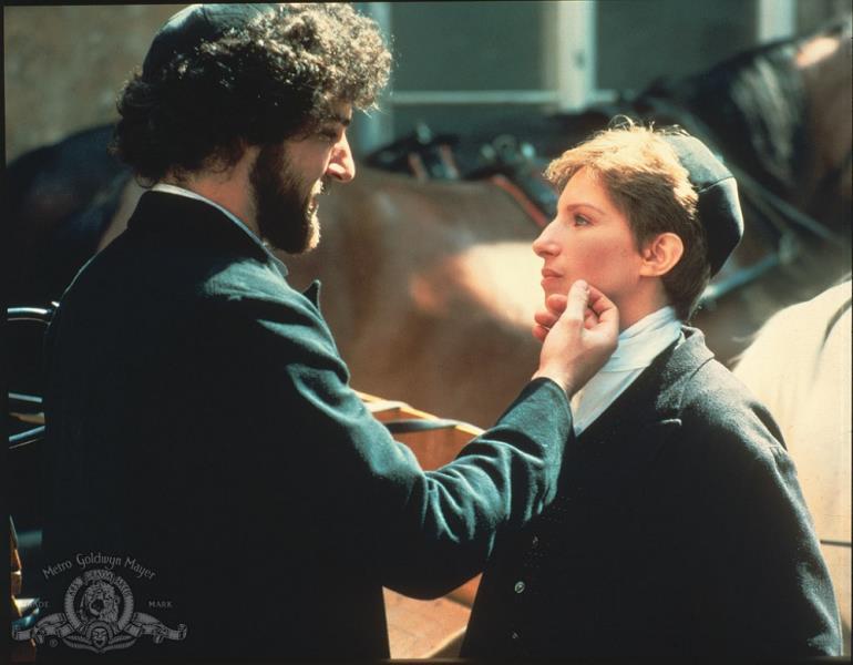 """Cena do filme """"Yentl"""", escrito, dirigido e interpretado por Barbra Streisand"""