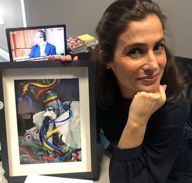 Renata Vasconcellos exibe o quadro com uma ilustração do artista plástico paraense And Santtos, com o qual Priscilla presenteou Renata