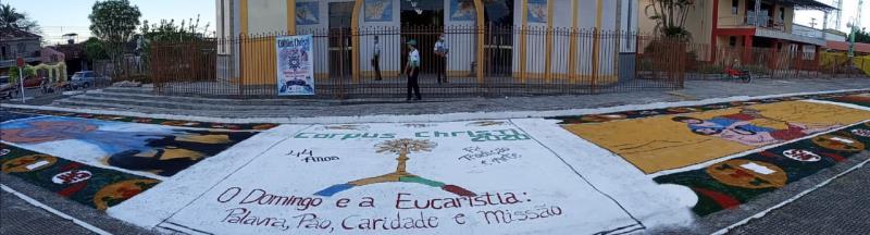 O tradicional tapete de serragem colorida foi feito em frente à igreja de Capanema