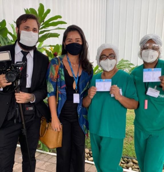 Paulo Castro e Larissa Noguchi, da Secom, com as primeiras enfermeiras vacinadas contra o coronavírus no Pará