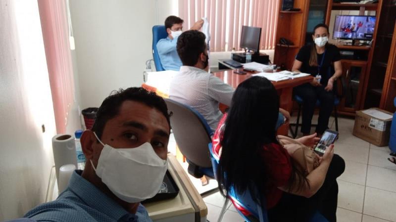 Coleguinhas da imprensa de Altamira aguardando a chegada das vacinas