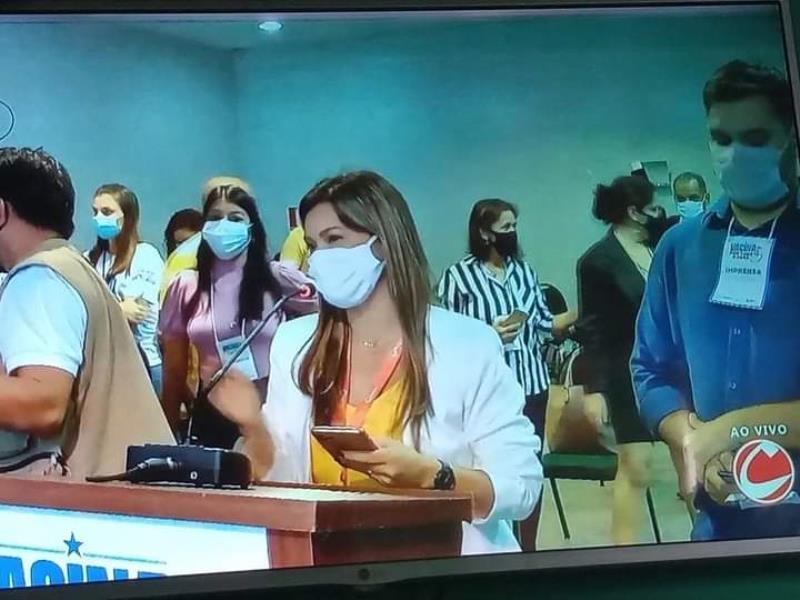 Andreia Teixeira Cardoso em momento de pergunta na coletiva com o governador do Pará