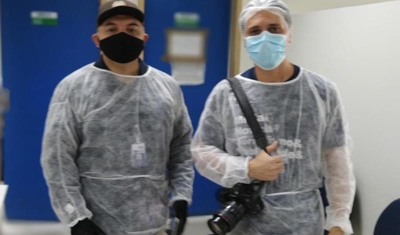 Sérgio Chêne (à esquerda) e Hugo Tomkiwitz, da Comus/Agência Belém, durante a cobertura do atendimento nas estruturas anexas às UPAs de Icoaraci e da Sacramenta