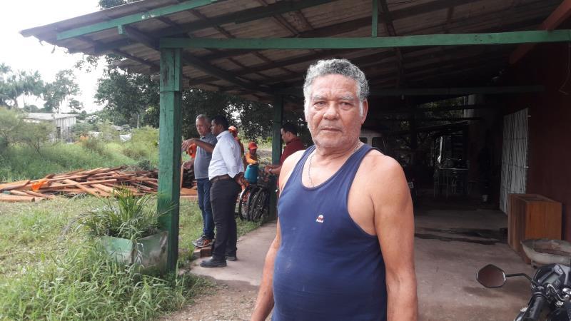 """""""A gente fica alegre quando vê a equipe da prefeitura por aqui, porque a gente sabe que esse serviço vai nos beneficiar. Aqui qualquer chuva transborda, mas agora com o canal limpo isso não vai acontecer. A gente só tem a agradecer a prefeitura por olhar pela nossa comunidade"""" contou o morador João Monteiro, de 74 anos."""
