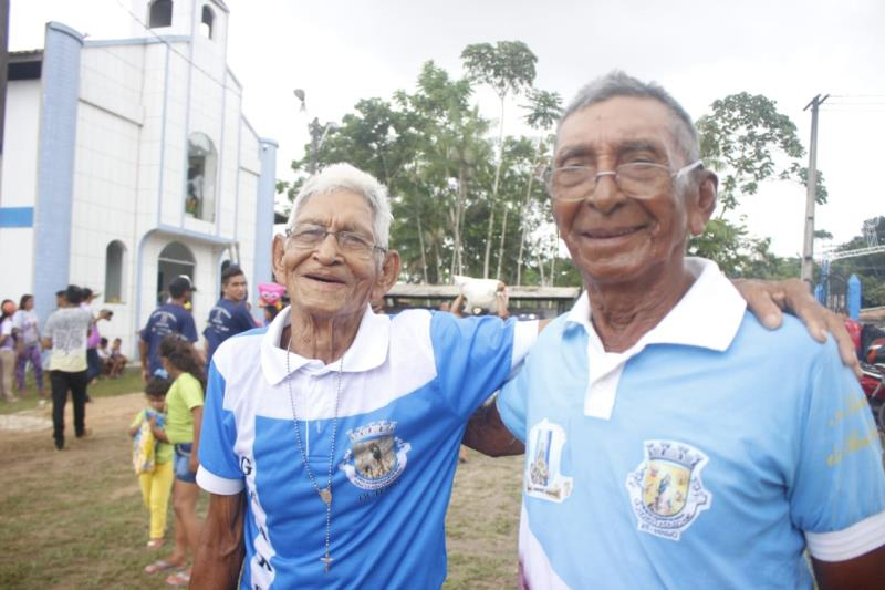 Com largos sorrisos no rosto, os amigos Moacir Torres, 84, e Cesariano de Lima, 90, celebraram juntos a amizade e a saúde, ao completar o longo trajeto junto com a berlinda.