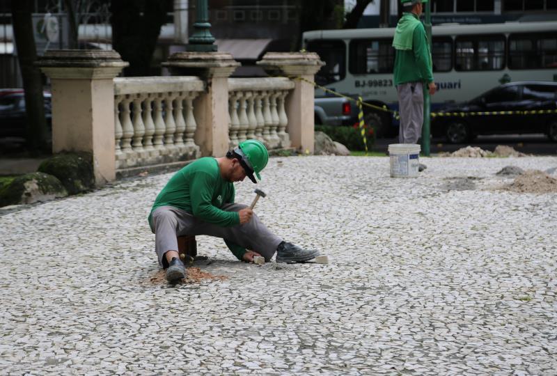 O serviço é feito por profissionais especializados, os chamados calceteiros, que é uma atividade tradicional de Portugal, de quem atua, na fixação e recuperação de pedras portuguesas.