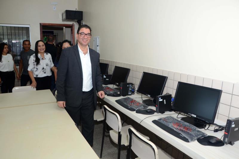 """A Escola de Ensino Médio Professor Galvão, em Augusto Corrêa, segue o mesmo padrão estrutural, com 13 novas salas de aula, laboratórios, além de copa, cozinha, banheiros e quadra coberta. A unidade escolar recebeu a instalação de 44 centrais de ar, 26 computadores, 26 monitores e 500 novas carteiras, que vão atender 1.380 alunos. A obra recebeu R$ 3.049.931,38 mil em investimentos. Segundo a aluna Natália Reis de Assis, estudante do 2º  do ano do Ensino Médio na Escola Professor Galvão, """"na antiga escola tínhamos dificuldade de aprender nas aulas, pois fazia muito calor nas salas de aula. Hoje, temos salas refrigeradas, isoladas do barulho e agora as aulas são mais dinâmicas"""", avalia. Na foto, o secretário Adjunto de Ensino da Seduc, José Roberto Alves.  FOTO: FERNANDO NOBRE / ASCOM SEDUC DATA: 17.12.2018 AUGUSTO CORRÊA - PARÁ"""