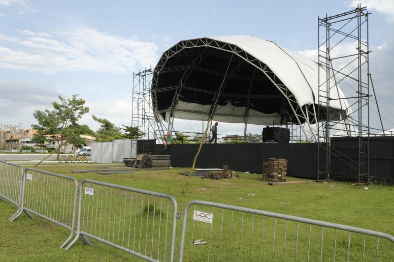 O palco montado no Portal da Amazônia está sendo finalizado para receber as atrações da festa.