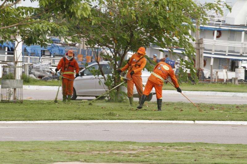 Equipes da Sesan estão trabalhando na limpeza da área do Portal da Amazônia.