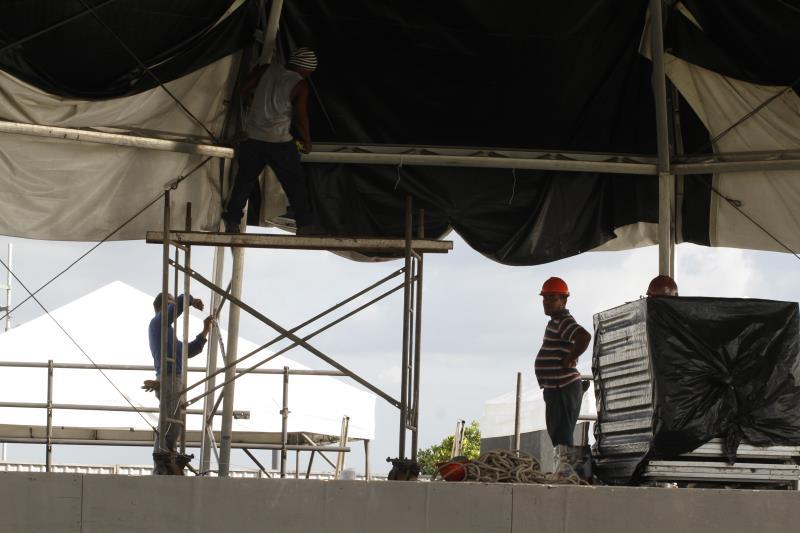 A expectativa é que o réveillon do Portal da Amazônia atraia um grande público. O trabalho de montagem do palco está sendo concluído.
