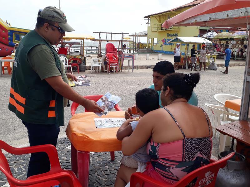 """Visitantes e comerciantes da praia de Ajuruteua, localizada a 30 km da sede de Bragança, nordeste do Pará, foram alvos das ações educativas (foto) do Departamento de Trânsito do Estado do Pará (Detran), neste sábado (29). A atividade foi extensiva, também, aos moradores da Vila de Pescadores, localizada às proximidades da praia. A atividade faz parte do trabalho preventivo da Coordenadoria de Educação do Detran que está sendo desenvolvido até o próximo dia 01º. A ação foi bem aceita pelos condutores e pedestres do município. O vendedor de caranguejos José da Silva, que todos os dias faz o trajeto de bicicleta pela PA 458 (que liga a sede de Bragança até a Vila de Pescadores) ouviu atentamente do agente de educação as orientações voltadas especificamente para o ciclista. Ele, que também dirige veículo automotor, disse que procura ser prudente, mas já testemunhou em Ajuruteua casos de acidentes provocados pelo excesso de álcool. """"É importante esse tipo de trabalho de educação, pois por causa dessa mistura tem pessoas tirando a vida dos outros e a sua própria também"""".  FOTO: ASCOM / DETRAN DATA: 29.12.2018 AJURUTEUA - PARÁ"""