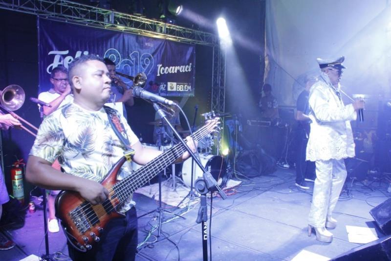 No palco montado na orla de Icoaraci, o cantor Eloi Eglesias fez a festa.