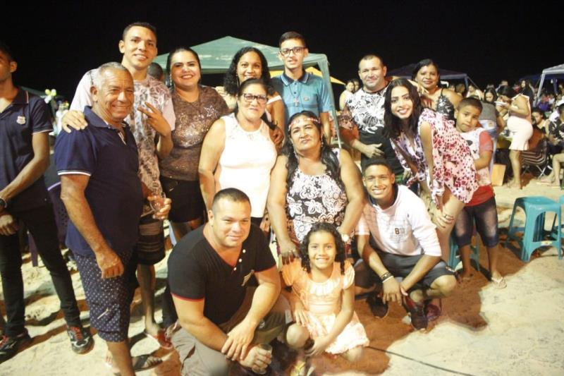 """Regina Santos e a família escolheram a ilha de Outeiro para passar a virada do ano. """"É a primeira vez que vejo um evento tão lindo como este aqui em Outeiro. Fico feliz em ver a Prefeitura resgatando a celebração"""", afirmou ela."""