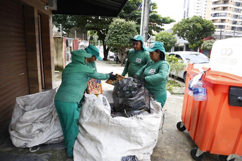 Onze cooperativas de catadores recebem apoio da Prefeitura de Belém, por meio da Sesan, na coleta seletiva do lixo.