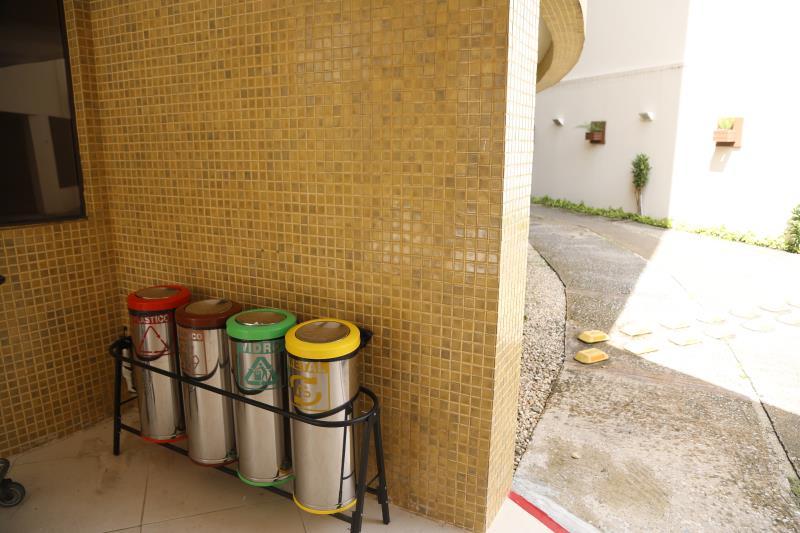 Cada um pode fazer sua parte, como por exemplo instalando lixeiras para a coleta seletiva em imóveis públicos e privados.