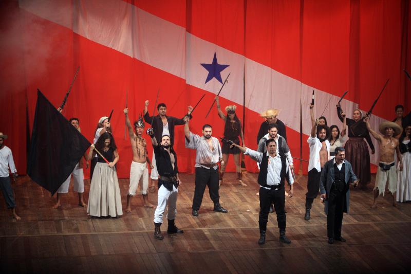 A montagem interpreta os fatos históricos com trechos de ficção romancista e foi aplaudida de pés pelo público presente ao teatro.