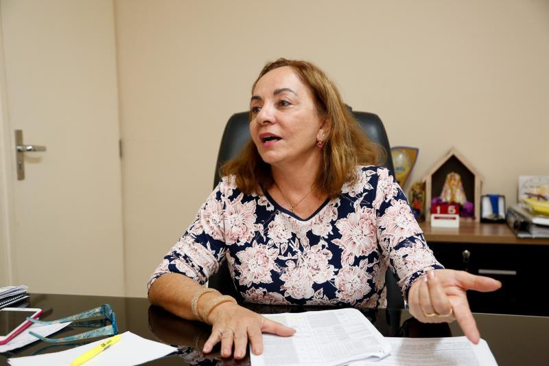 """A secretária municipal de educação, Socorro Aquino, informa que os candidatos aprovados devem atender a todas as escolas, em diversos cargos, """"de agente de portaria, merendeiro até bibliotecário e engenheiro civil""""."""