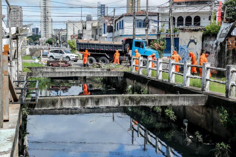 Trabalhadores e máquinas da Sesan estão limpando e dragando os canais de Belém para prevenir alagamentos.