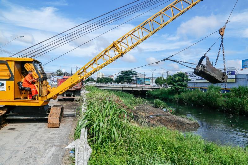 Maquinário ajuda na limpeza dos canais da cidade